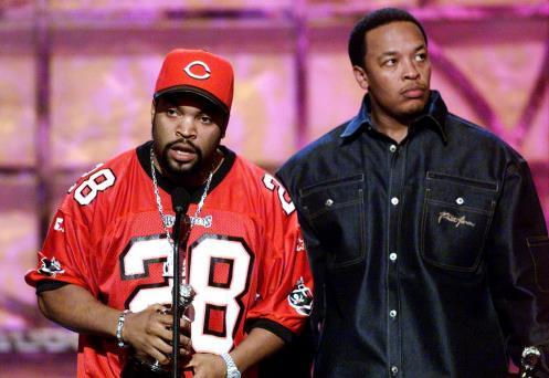 Ice Cube e Dr Dre insieme sul palco dei BET Awards per ritirare un premio