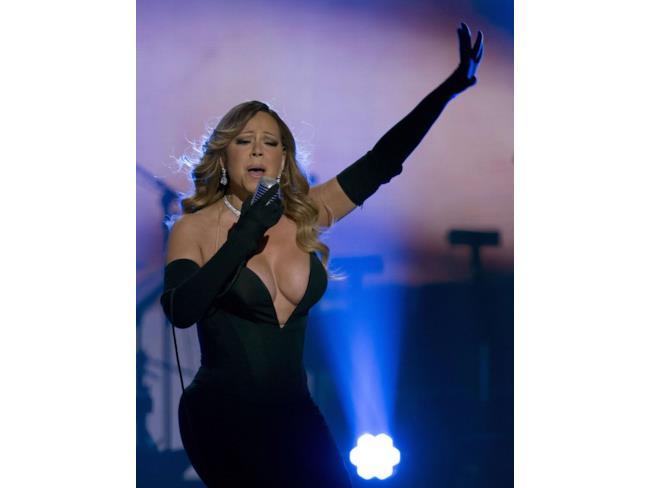 Mariah Carey canta con un lungo guanto nero