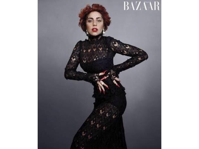 Lady Gaga in abito nero e veletta sul volto