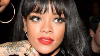 Rihanna in nude look provoca alla sfilata di Balmain a Parigi