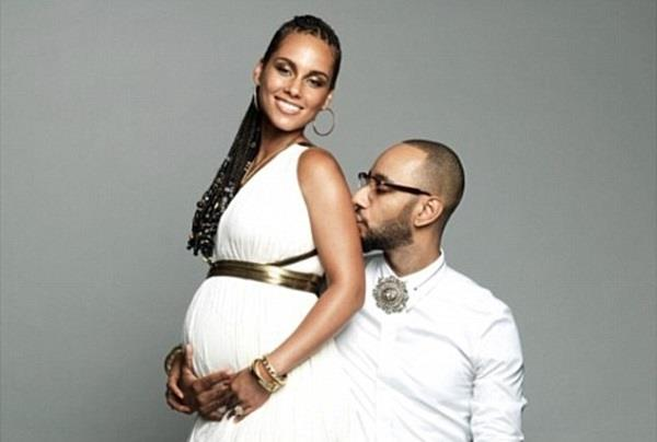 Alicia Keys col pancione insieme al marito Swizz Beatz