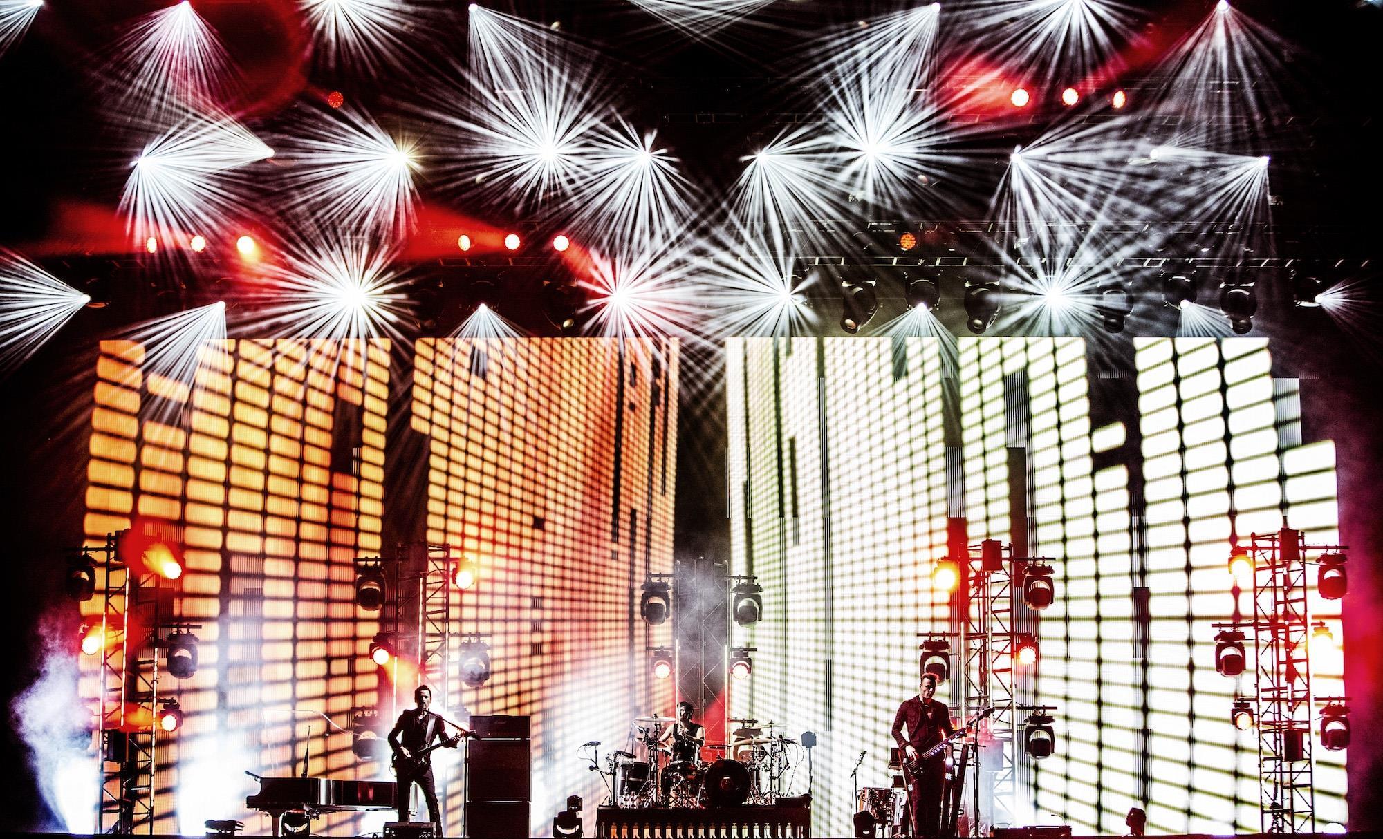 I 3 membri dei Muse sul palco durante un concerto del 2015