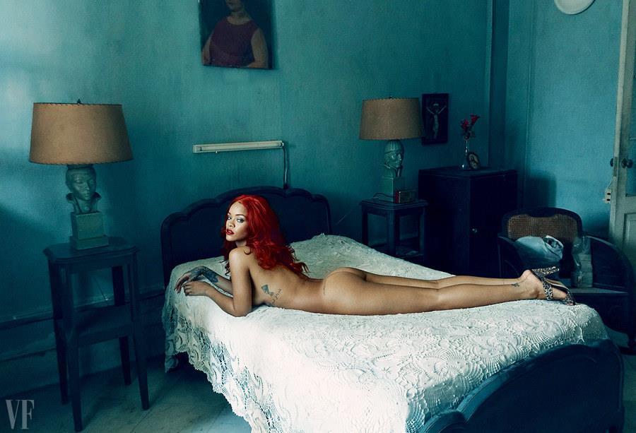 Rihanna nuda sul letto