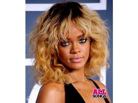 Rihanna - capelli mossi biondi con ricrescita  f81849afa2f8