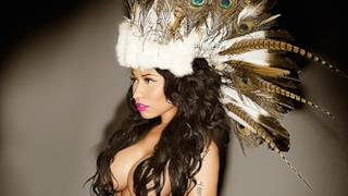 Nicki Minaj in topless con copricapo indiano