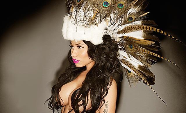 Nicki Minaj in topless con copricapo indiano