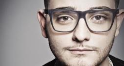 Rocco Hunt primo piano con occhiali