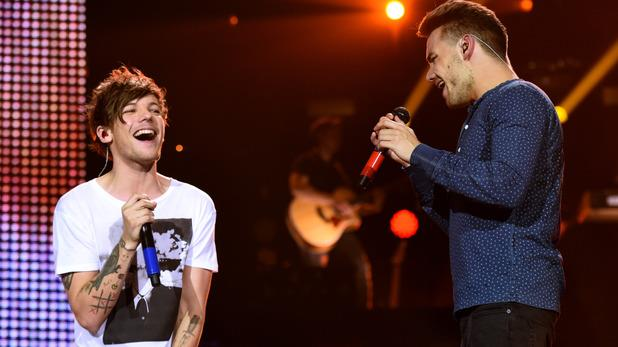 Liam Payne e Louis Tomlinson cantano insieme sul palco