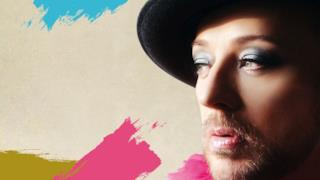 Boy George con cappello, barba e trucco
