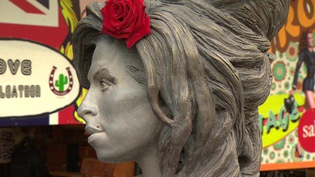La statua di Amy Winehouse a Camden Town, Londra