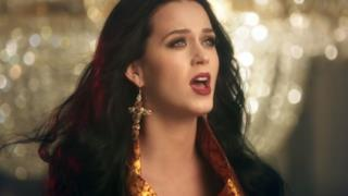 Katy Perry con orecchini a croce nel video di Dark Horse