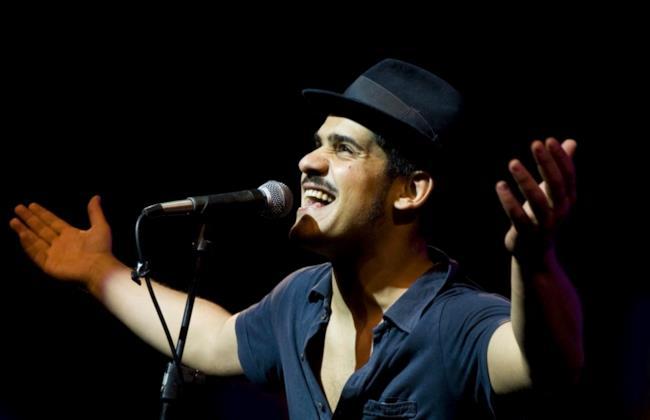 Alessandro Mannarino in uno dei concerti del tour Al Monte Live