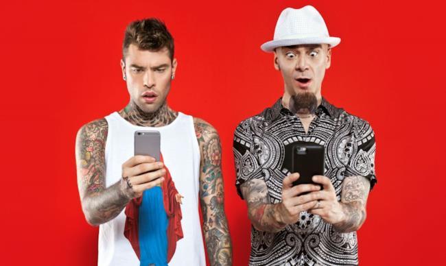 Fedez e J-Ax entrambi con lo smartphone