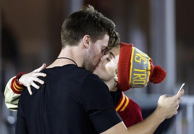 Miley Cyrus e Patrick Schwarzenegger si baciano