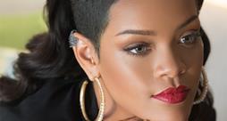 Rihanna con capelli lunghi rasati di lato