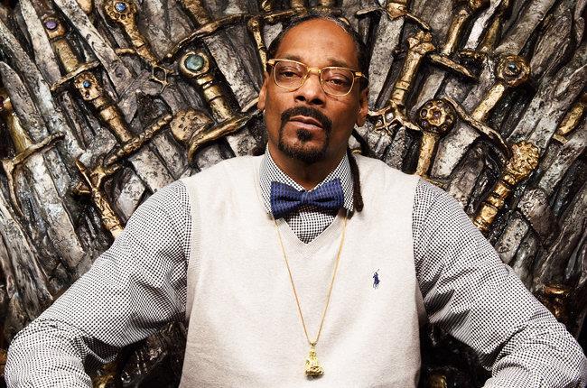 Snoop Dogg seduto sul trono di spade