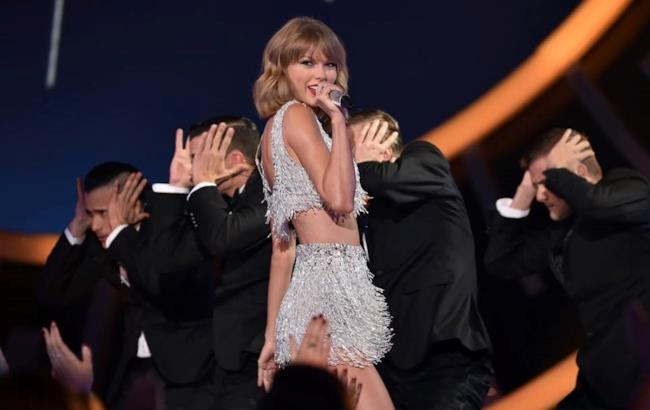 Taylor Swift sul palco degli MTV VMA 2014 canta Shake It Off