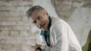 Ligabue con giacca bianca nel video di Siamo chi siamo