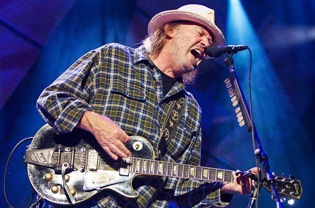 Neil Young dal vivo con la sua chitarra