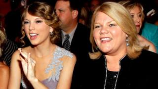 La mamma di Taylor Swift ha un cancro, i fan pregano per lei