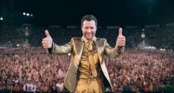 Jovanotti con abito dorato live Firenze 2013