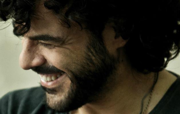 Primo piano di Francesco Renga con barba