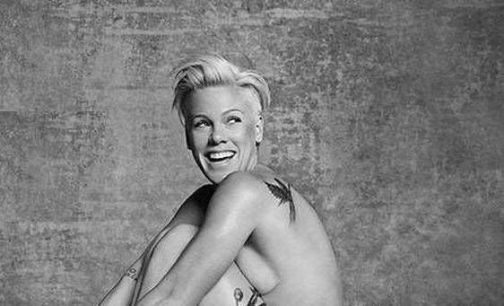 P!nk nuda si stringe il seno contro le gambe