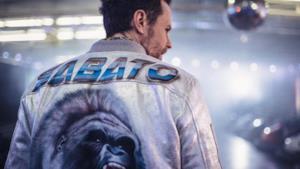 Jovanotti indossa una giacca con la scritta Sabato e un gorilla sulla schiena