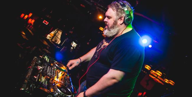 Il DJ Kristian Nairn, Hodor di Game of Thrones, alla console