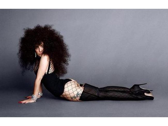 Lady Gaga con parrucca nera riccia
