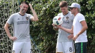 Niall Horan insieme ad alcuni giocatori dei Galaxy