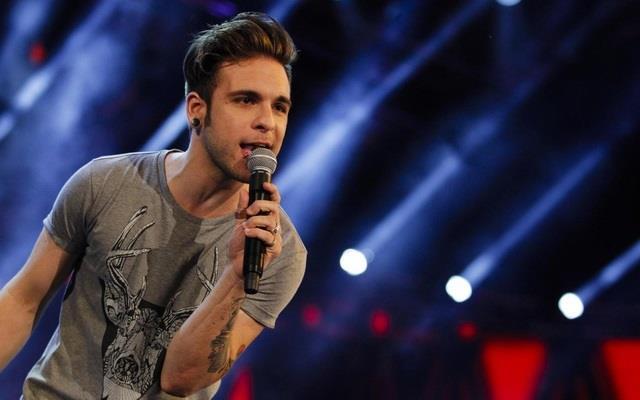 Alessio Bernabei cantante dei Dear Jack sul palco
