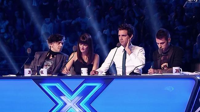 I quattro giudici di X Facor 8 seduti dietro il bancone