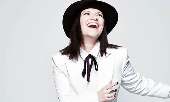 Laura Pausini vestito bianco e cappello nero