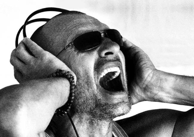 Biagio Antonacci con occhiali da sole e cuffie in testa