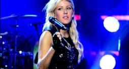 Ellie Goulding dal vivo con microfono in mano