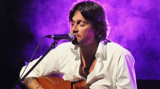 Cristiano De André suona la chitarra