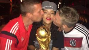 Rihanna festeggia con i calciatori tedeschi dopo la finale dei Mondiali