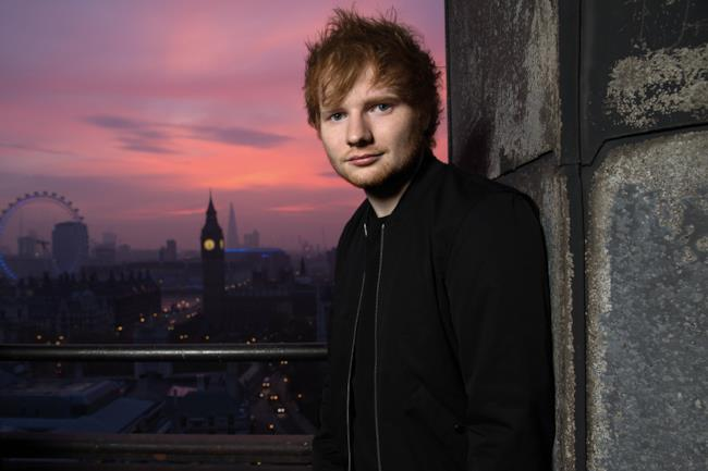 Ed Sheeran di notte a Londra con alle spalle il Big Ben