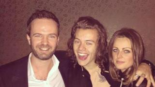 Harry Styles in mezzo a due amici