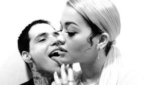 Rita Ora e Ricky Hilfiger insieme in una foto in bianco e nero