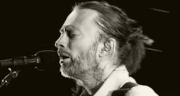 Primo piano di Thom Yorke davanti al microfono