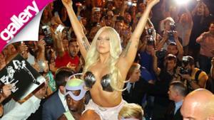 Lady Gaga arriva seminuda come la Venere del Botticelli ad Atene
