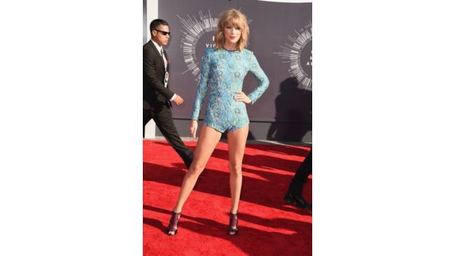 Taylor Swift con le gambe da fuori