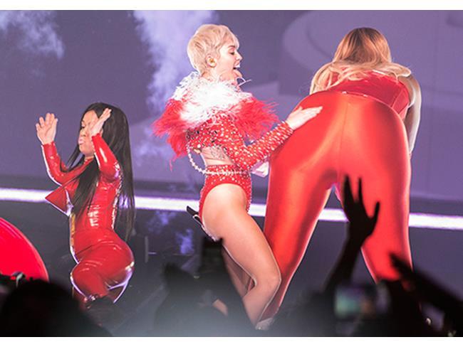 La Cyrus danza con una nanetta e una donna gigante