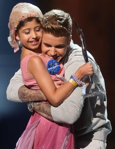 Justin Bieber abbraccia la piccola Grace ai Young Hollywood Awards