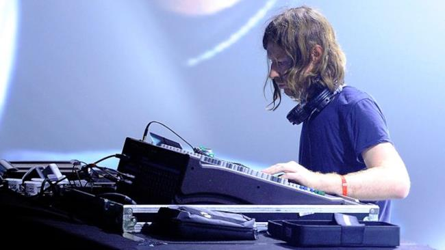 Aphex Twin in console durante una performance live