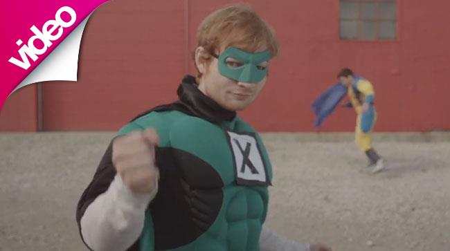 Ed Sheeran vestito da supereroe