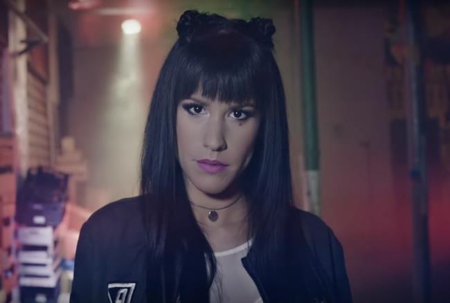 Baby K nel video ufficiale di Chiudo gli occhi e salto
