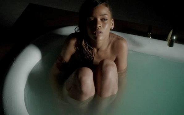 Vasca Da Bagno Frasi : Rihanna: nuda nella vasca da bagno per il video ufficiale di stay